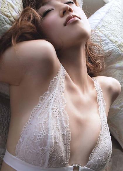 【画像】小倉優子のスケ乳首w下着グラビア乳輪ショット