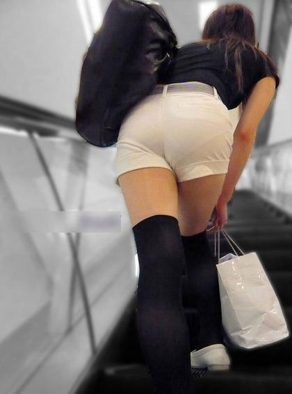 画像☆むっちりした女の腰から尻へのラインがシコいパンモロショット!w