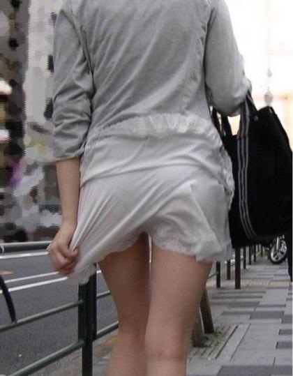 この服が透けてパンツ丸見えの女がエ口すぎると話題にwww