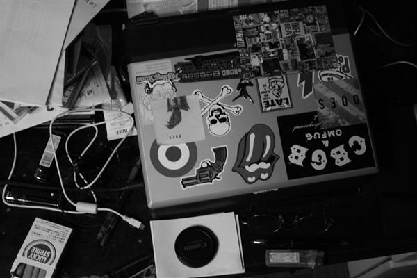 机の上モノクロ