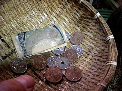 銭洗い弁天にて銭洗い
