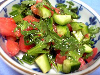春菊、トマト、きゅうりのサラダ