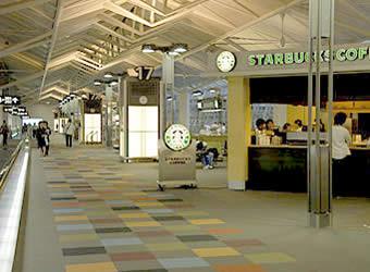スターバックスでコーヒー飲みながらインターネット(セントレア中部国際空港)