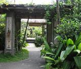奥へ奥へと続くバリ式ガーデン