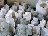 出荷を待つ石彫りたち