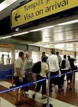 ジャカルタ空港でビザ料金の支払いの順番を待つ外国人旅行客