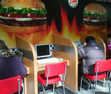 KLIA空港、バーガーキング内のインターネットカフェ