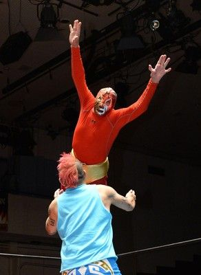 ミル・マスカラス(74)が王座防衛 IWA世界ヘビー級王座の防衛戦でNOSAWA論外の挑戦を退ける