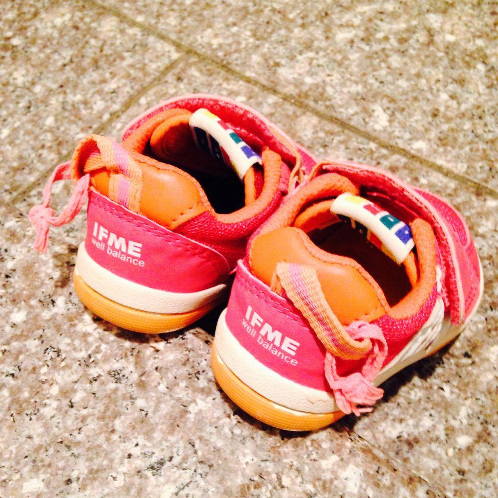プチ情報ですが、自分ではき始める時期だと、靴 についているヒモにさらにヒモをつけると引っ張りやすく、はきやすくなります。これは保育園の先生情報。なるほどー。