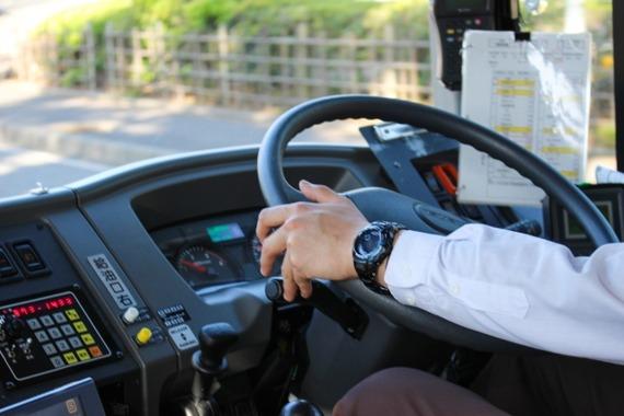 信号待ちをしていたオートバイの運転手、大型バスに追突され死亡
