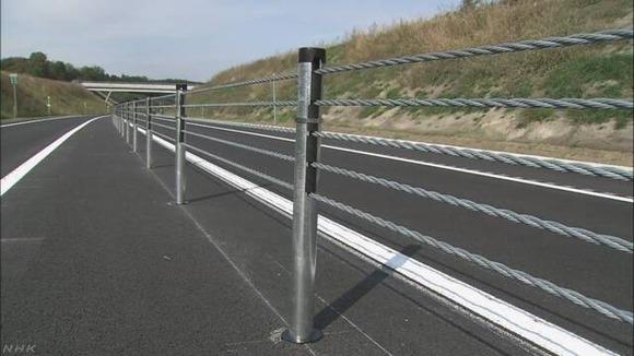 高速道路のはみ出し事故防止、金属製ロープ設置へ