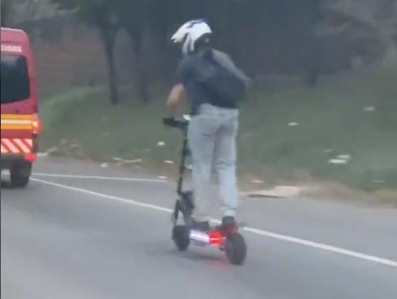 とんでもないスピードで走る電動スクーターが目撃されるwwww
