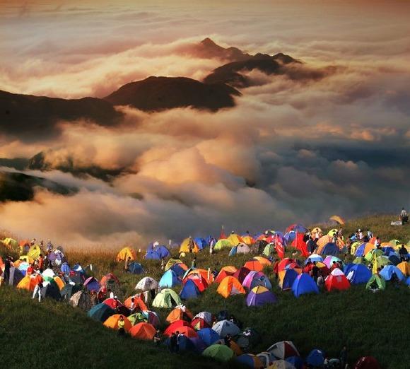 キャンプブームの中国人、山を蛍光色のテント4000張で覆い尽くすwwwwwwwwwwwwww