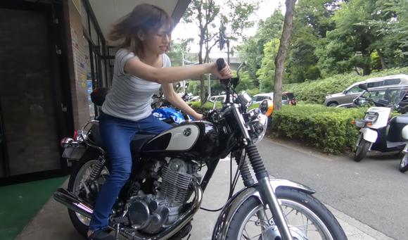 美女バイク乗りさん、オタク共に囲われて夢見心地wwwwwwwwww