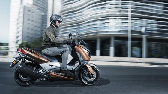 2017-Yamaha-X-MAX-300A-EU-Quasar-Bronze-Action-004