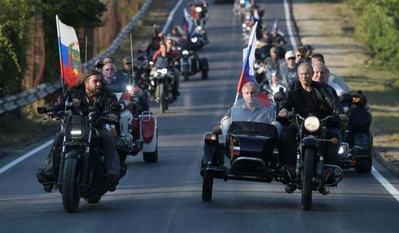 プーチン大統領がロシア国旗をはためかせクリミア半島をバイクで爆走、実効支配を誇示