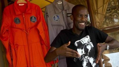 「アフリカ人初」の宇宙飛行士のはずが…バイク事故で死亡