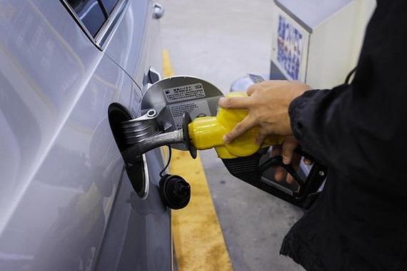 クルマを揺するとガソリンが多く入るって本当?