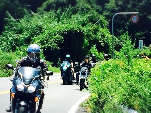 前を走るツーリング仲間の大型バイクに追突、19歳男性死亡