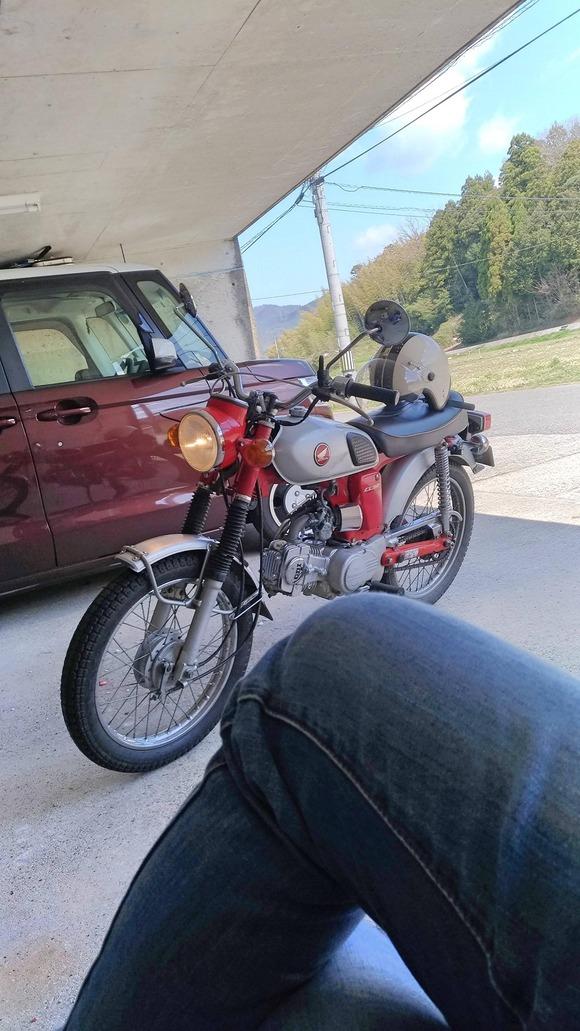 わたし、女。バイク、見て。かっこいい。