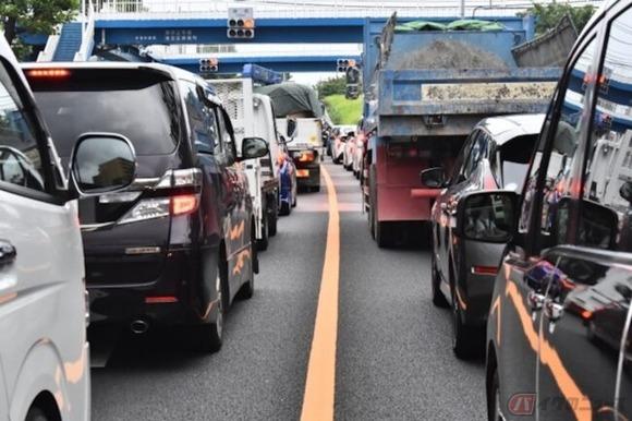 渋滞時・信号待ちのクルマを怒らせるバイクの「すり抜け」は違反ではないのか?