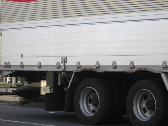 高校生の2ケツバイクがトラックと衝突、後ろに載っていた男性が死亡