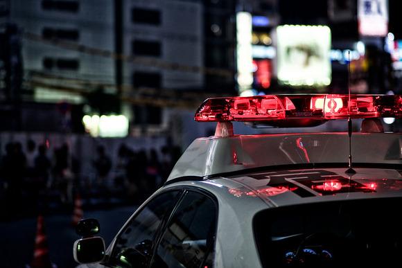 パトカー追跡の原付バイクが転倒、運転の女子高校生がけが