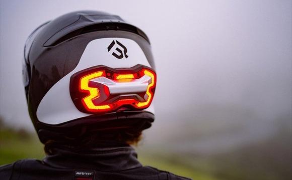 後ろが見えるヘルメット──ハイテクがライダーを救う