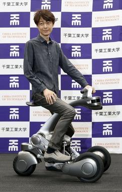 千葉工業大、バイクに変形するロボット「CanguRo」開発
