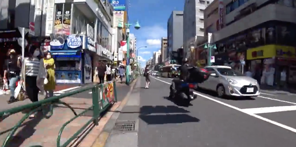 【悲報】女さん、事故を誘発しバイクを転倒させるも悪びれもせず立ち去ってしまう