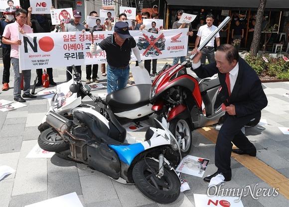 韓国不買運動、今度は日本製バイクが対象に…デモでホンダやヤマハ製バイクをたたき割る