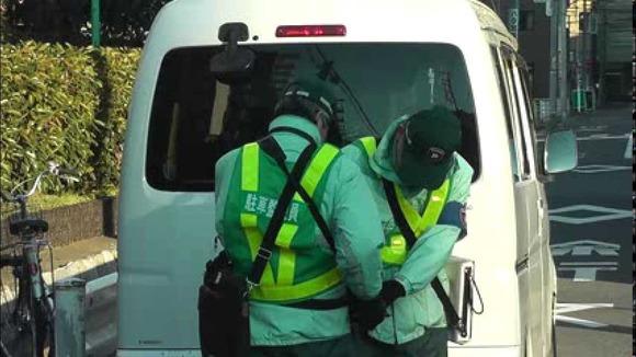 駐車監視員は原則、シールを貼る前に運転手が現れた場合は移動を促すことになっている