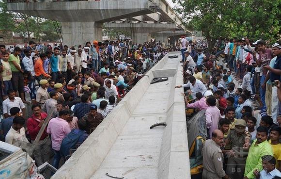 インドで建設中の高架道路が崩落、18人死亡
