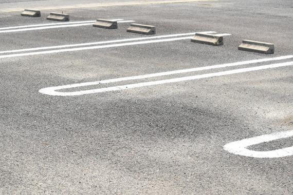 駐輪場じゃなくて車用の駐車スペースにどーんと停めてるバイクwwwwwwwwwww