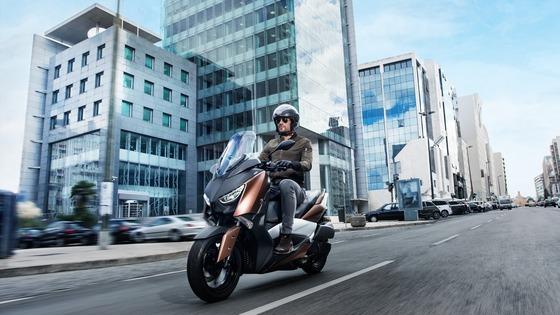 2017-Yamaha-X-MAX-300A-EU-Quasar-Bronze-Action-002