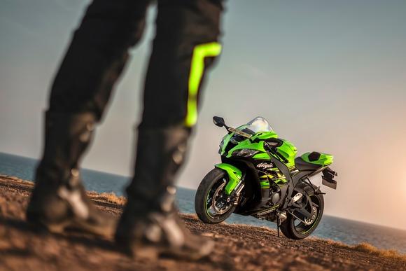 Kawasakiのバイクで緑以外の色選ぶやつなんなの?