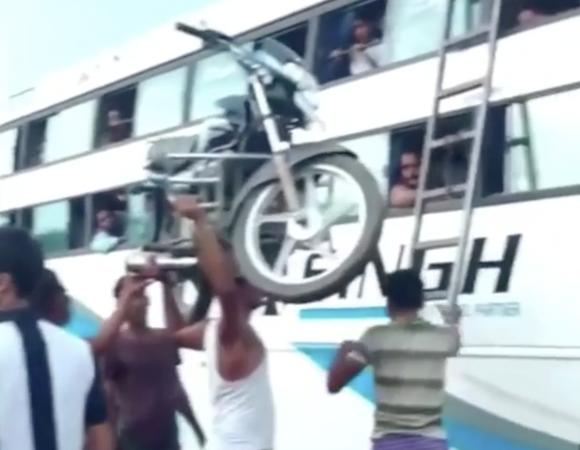 【悲報】インド人、バスの屋根にバイクを括り付けて運ぼうとしてしまう