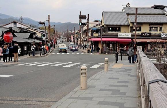 【悲報】京都さん「助けて!外国人観光客が全然来なくて商売上がったりなの!!」