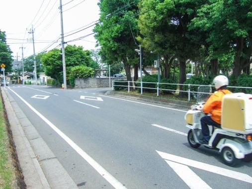 宅配ピザ配達中に交差点で車と衝突、原付バイクの男性(38)が意識不明の重体