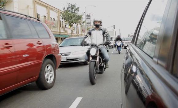 車の間すり抜けて行くバイクめっちゃイライラする