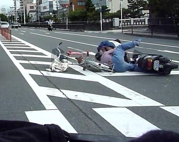 チャリカス女さん、バイクに轢かれた上オッサンに至近距離でパンツを覗かれる