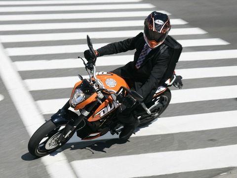 皆車で通勤しているのに一人だけバイクで通勤しているおじさんの正体