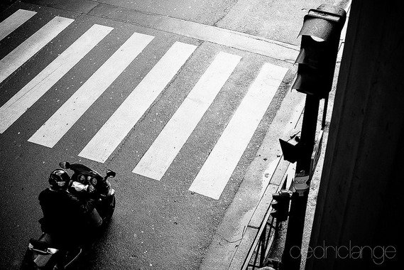 どうしてバイクは右折車線のみならず歩道はたまた逆走までしてまで交差点で一番前に出たがるの?