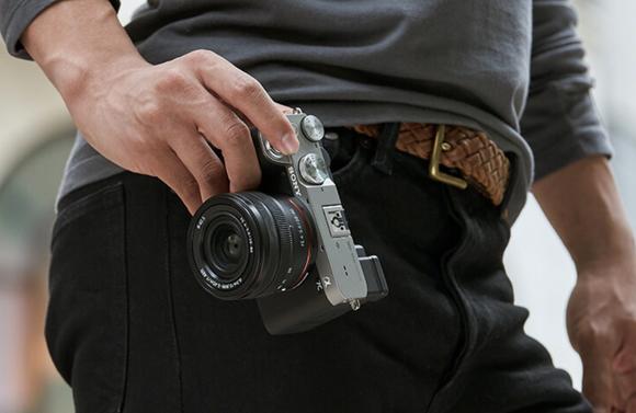 ソニー、世界最小・最軽量のフルサイズミラーレス一眼カメラ「α7C」を発表