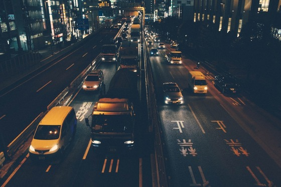 cars-on-street-at-night