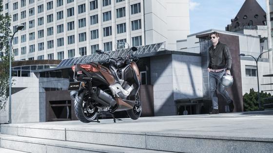 2017-Yamaha-X-MAX-300A-EU-Quasar-Bronze-Static-002