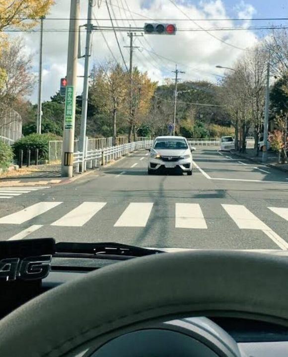 車「絶対に右折してやる‥‥‥ッ!」