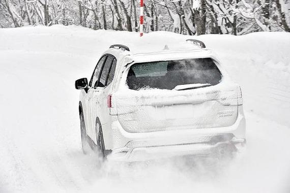 ナンバープレートが雪の付着で隠れたら違反?警察の回答とは