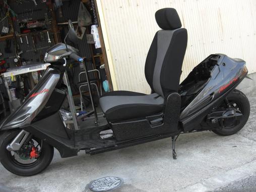 クルマのシートを装着した改造バイクがヤフオクに出品され話題に