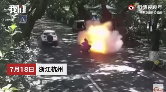 中国で走行中の電動バイクが突然炎上、父娘が重体
